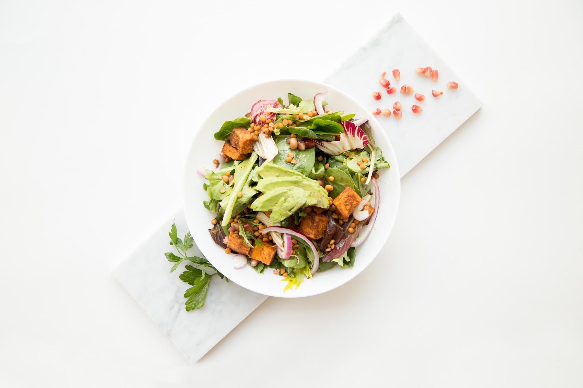 Bowl végétal et alimentation saine à base de crudités
